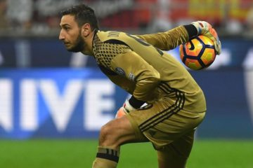 MILAN, ITALY - NOVEMBER 20:  Gianluigi Donnarumma of AC Milan in action during the Serie A match between AC Milan and FC Internazionale at Stadio Giuseppe Meazza on November 20, 2016 in Milan, Italy.  (Photo by Valerio Pennicino/Getty Images)