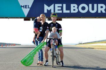 Jonathan Rea, con moglie e figli a Phillip Island, con le chiavi della cittadina consegnategli dal sindaco locale (foto da: cycletorque.com.au)