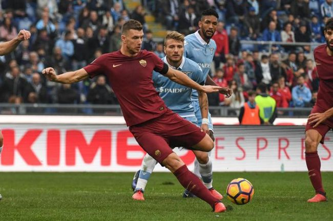 Roma's Edin Dzeko (C) in action during the Italian Serie A soccer match SS Lazio vs AS Roma at Olimpico stadium in Rome, Italy, 04 December 2016.  ANSA/ALESSANDRO DI MEO