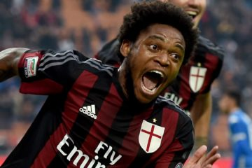 MILAN, ITALY - OCTOBER 25:  Luiz Adriano of AC Milan celebrates after scoring the second goal during the Serie A match between AC Milan and US Sassuolo Calcio at Stadio Giuseppe Meazza on October 25, 2015 in Milan, Italy.  (Photo by Claudio Villa/Getty Images)