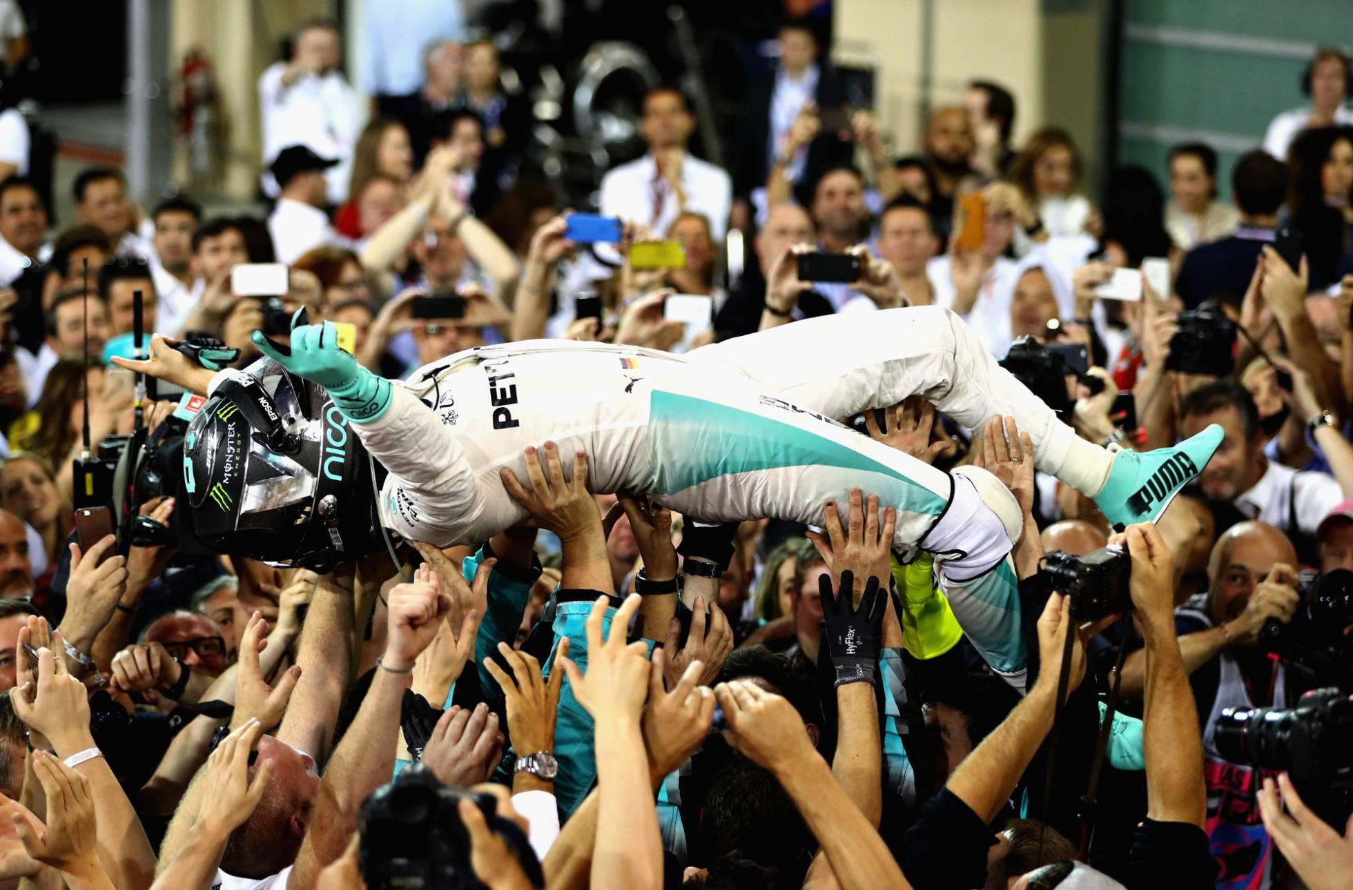 Nico Rosberg, portato in trionfo dai suoi meccanici a Yas Marina (foto da: elvenezolanosnews.com)