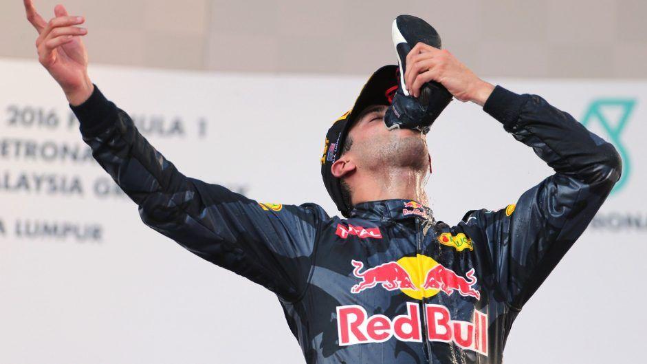 """Daniel Ricciardo torna alla vittoria dopo oltre due anni a Sepang, festeggiando con l'ormai tipico gesto dello """"shoey"""" (foto da: f1fanatic.co.uk)"""