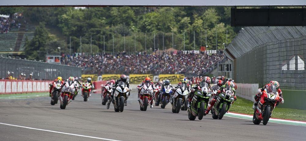 Istantanea dello start della gara di Superbike a Imola (foto da: motorpasionmoto.com)