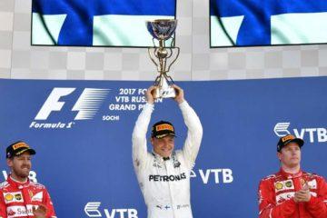 Valtteri Bottas solleva il trofeo del vincitore a Sochi, nell'edizione dello scorso anno, con Vettel e Raikkonen di fianco (foto da: cote-ivoire.com)
