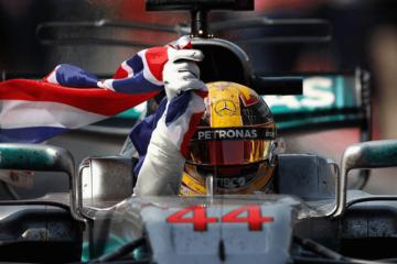 Lewis Hamilton festeggia la recentissima vittoria di Montreal con la Union Jack in mano (foto da: blogstartsports.com.br)