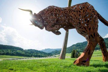 La statua del toro, simbolo del Red Bull Ring, presente all'interno del circuito austriaco (foto da: rachf1.com)