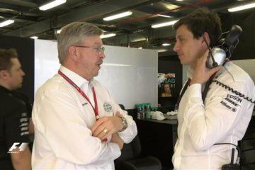 Ross Brawn e Toto Wolff, a colloquio all'interno del box Mercedes. I due hanno allontanato l'ipotesi di un ritorno agli aspirati (foto da: mybroadband.co.za)