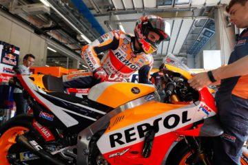 Marc Marquez si prepara a salire sulla sua Honda e a scendere in pista, durante le libere del venerdì del Gran Premio d'Austria 2018 (foto da: MotoGP.com)