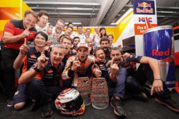 Marc Marquez festeggia con il team HRC la vittoria ottenuta nel 2018 a Motorland Aragón (foto da: twitter.com/HRC_MotoGP)