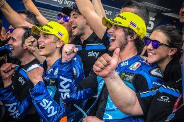 La felicità di Francesco Bagnaia, di Luca Marini e degli uomini dello Sky Racing Team VR46, dopo la doppietta di Buriram (foto da: motogp.com)