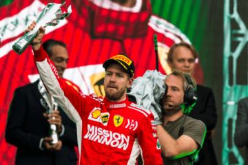 Il volto tirato di Sebastian Vettel sul podio dell'Hermanos Rodriguez. Il tedesco ha chiuso il Gran Premio del Messico al 2° posto (foto da: twitter.com/ScuderiaFerrari)