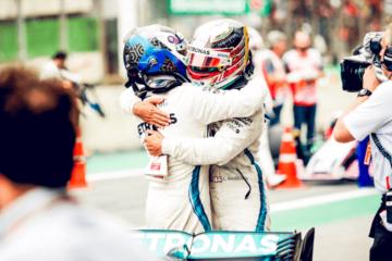 L'abbraccio tra Lewis Hamilton e Valtteri Bottas al termine del Gran Premio del Brasile, che ha visto la Mercedes vincere il titolo Costruttori 2018 (foto da: twitter.com/MercedesAMGF1)