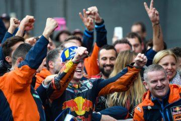 La felicità di Pol Espargaro e di tutto il team KTM. Grazie al 3° posto conquistato a Valencia, lo spagnolo e la Casa austriaca hanno ottenuto il loro primo podio in MotoGP (foto da: motogp.com)