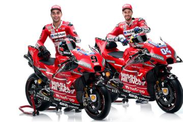 Danilo Petrucci ed Andrea Dovizioso, in posa con la Ducati GP19. Il logo'Mission Winnow' si nota, in bella vista... (foto da: motogp.com)