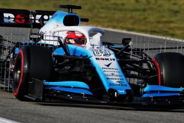 Robert Kubica durante i test di questa settimana svolti a Barcellona. Si notano le griglie per i rilevamenti aerodinamici montate sulla FW42 (foto da: twitter.com)