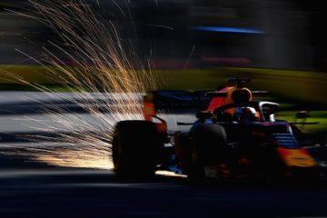Verstappen durante un giro di qualifica, con le scintille dietro al sua vettura. Fonte: Twitter Verstappen