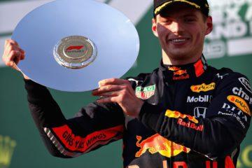 Verstappen sul podio, festeggia il suo terzo posto ottenuto in Australia. Fonte: Twitter Verstappen