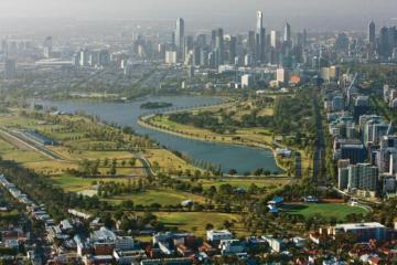 La vista dell'Albert Park, con lo skyline della città di Melbourne sullo sfondo. Il Gran Premio d'Australia resterà in calendario almeno fino al 2025 (foto da: twitter.com)