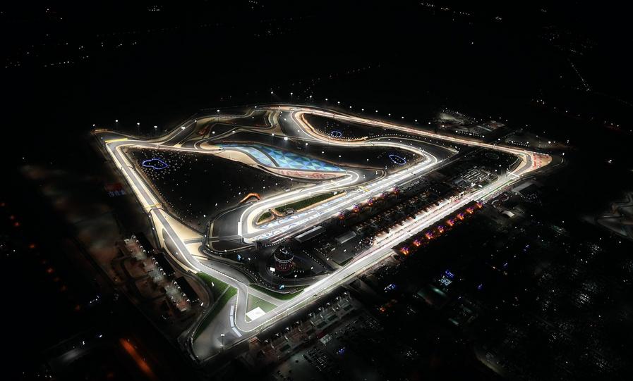 Suggestiva vista notturna del Sakhir, circuito che ospita il Gran Premio del Bahrain (foto da: twitter.com)