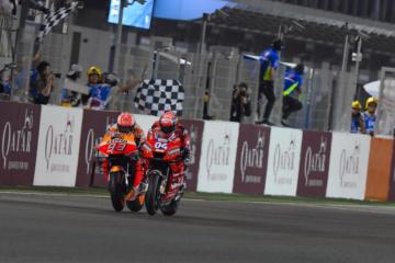 Andrea Dovizioso precede Marc Marquez di 23 millesimi sul traguardo di Losail, aggiudicandosi la prova d'apertura del Motomondiale 2019 (foto da: twitter.com/MotoGP)