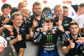 Maverick Vinales festeggia con gli uomini Yamaha il secondo tempo nelle qualifiche di Termas de Rio Hondo (foto da: motogp.com)