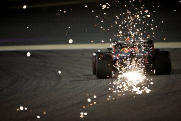 Gasly in un'immagine spettacolare ripresa da dietro con le scie lasciate dalla sua Red Bull. Fonte. Twitter Gasly