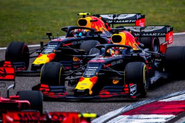 Le due Red Bull di Max Verstappen e Pierre Gasly, quasi affiancate nei primi istanti della gara di Shanghai (foto da: twitter.com/redbullracing)