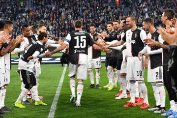 Andrea Barzagli festeggiato dai compagni per la sua carriera in maglia bianconera. Fonte: Twitter Juventus FC
