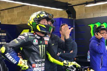 Valentino Rossi attende gli esiti finali della Q1 nel box Yamaha