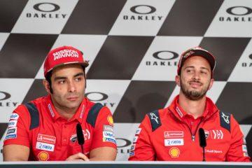 Danilo Petrucci ed Andrea Dovizioso, uno di fianco all'altro, durante la conferenza stampa del giovedì del Gran Premio d'Italia 2019 (foto da: motogp.com)