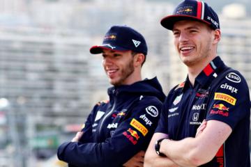 Pierre Gasly e Max Verstappen, in posa nel mercoledì di Monaco (foto da: twitter.com/redbullracing)