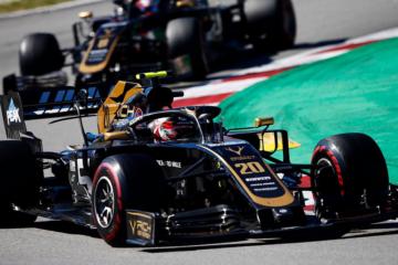 Le due Haas di Kevin Magnussen e Romain Grosjean. Il duo del team di Kannapolis ha colto il primo doppio arrivo a punti della stagione (foto da: twitter.com/HaasF1Team)