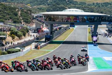 Un'istantanea della partenza della gara della MotoGP a Jerez, con i piloti che arrivano compatti in curva 1 (foto da: twitter.com/MotoGP)