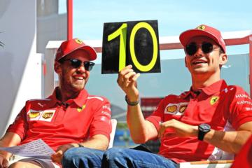 Sebastian Vettel e Charles Leclerc, sorridenti durante un evento promozionale nel giovedì del Gran Premio di Francia 2019 (foto da: twitter.com/ScuderiaFerrari)