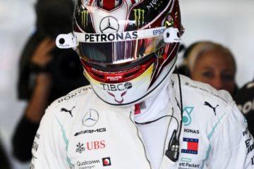 Hamilton in attesa di scendere in pista per il giro veloce a Silverstone. Fonte. Hamilton Twitter