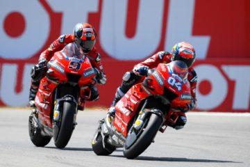 Le due Ducati di Andrea Dovizioso e di Danilo Petrucci, durante la gara di domenica in Olanda (foto da: motogp.com)