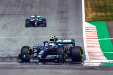 Le due Mercedes di Valtteri Bottas (3°) e, sullo sfondo, di Lewis Hamilton (5°) in Austria (foto da: twitter.com/MercedesAMGF1)
