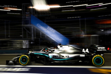 Un Lewis Hamilton in versione 'Hammer Time' prenota pole e vittoria in quel di Singapore (foto da: twitter.com/MercedesAMGF1)