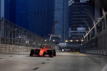 Ancora una pole, terza di fila, quinta stagionale, per Charles Leclerc, che conduce la Ferrari davanti a tutti a Singapore (foto da: twitter.com/ScuderiaFerrari)