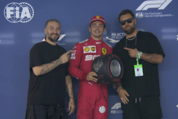 Un sorridente Charles Leclerc viene premiato a Singapore con il classico 'ruotino' della Pirelli riservato al poleman (foto da: twitter.com/F1)
