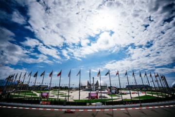 Suggestiva immagine della Medal Plaza di Sochi, accanto al quale passa il circuito di Formula 1, con lo Stadio Olimpico Fist sullo sfondo (foto da: twitter.com/ScuderiaFerrari)