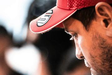 Sebastian Vettel inquadrato durante la conferenza stampa in Russia.  Fonte: Twitter Vettel
