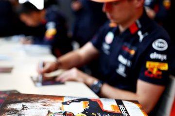 Verstappen firma autografi in Russia.  Fonte: Twitter Verstappen