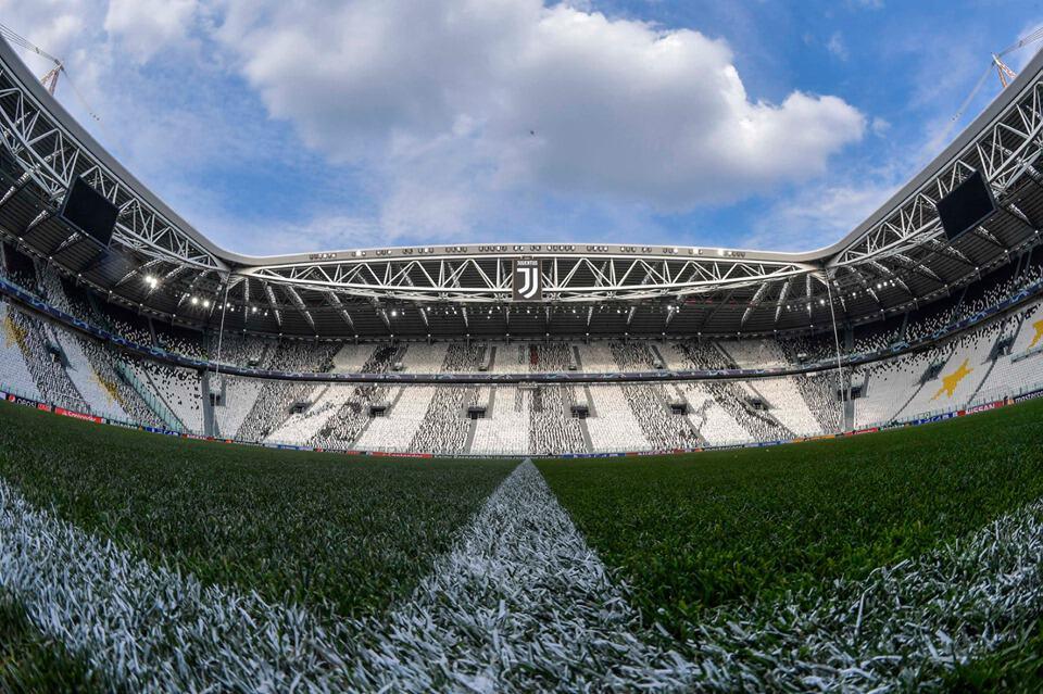 """Panoramica dal basso dello """"Juventus Stadium"""", foto presente nell'archivio della pagina """"Facebook"""" ufficiale della UEFA Champions League"""