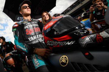 Fabio Quartararo, in attesa della partenza sulla griglia di partenza in Aragona. Il francese del team Petronas sarà di certo tra i protagonisti del weekend thailandese (foto da: motogp.com)