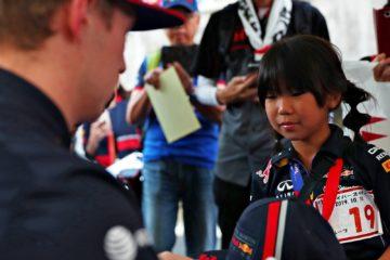 Verstappen firma autografi nel circuito di Suzuka.  Fonte: Twitter Verstappen
