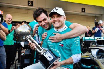 Valtteri Bottas e Toto Wolff in foto festeggiano la vittoria della gara e del Campionato costruttori