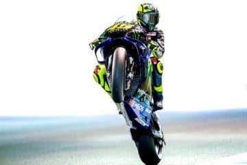 Valentino Rossi impenna sul circuito di Motegi durante le qualifiche. Fonte: Facebook Rossi