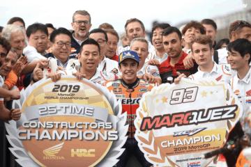 La festa di Marc Marquez e di tutti gli uomini del box HRC. A Motegi, la Honda ha ottenuto la matematica del titolo Costruttori (foto da: twitter.com)