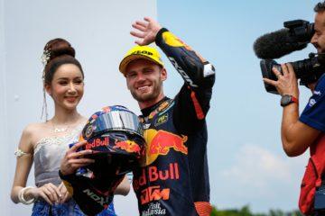 Brad Binder (in foto sul podio del Gran Premio di Thailandia 2019, classe Moto2) affiancherà il prossimo anno Pol Espargaro nel team ufficiale KTM in MotoGP (foto da: motogp.com)